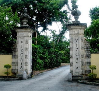 Vizcaya-front-entrance-for-wikipedia-by-tom-schaefer-miamitom-DSC08337-513x402a-1-